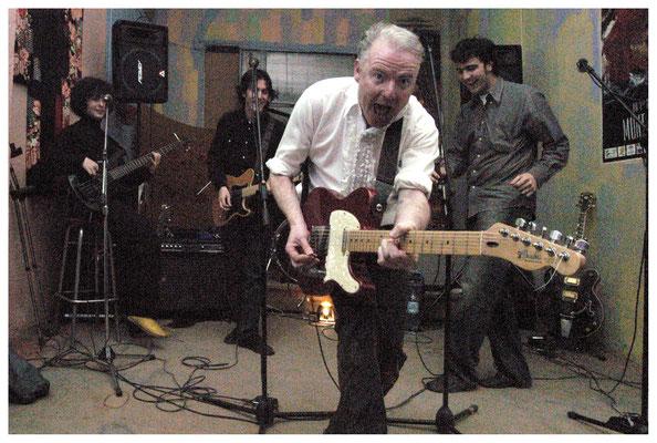 Chitarrista Miki Pannell con il gruppo spagnolo Soulteros.