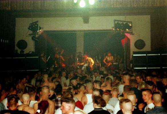 Miki Pannell tocando con la banda de psycobilly, rockabilly Demented Are Go.