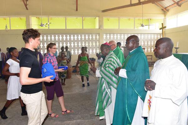 Einweihung vom Father Felix Youth Center mit Bischof Vincent bei der Gabenbereitung