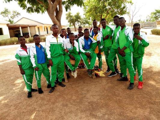Schüler und Schülerinnen in Sportkleidung