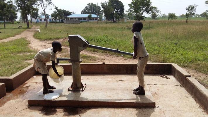 Ein Brunnen am Schulgelände, im Hintergrund die Senior High School