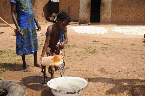 Ein Dorfbrunnen liefert auch Wasser, hier wird geschöpft