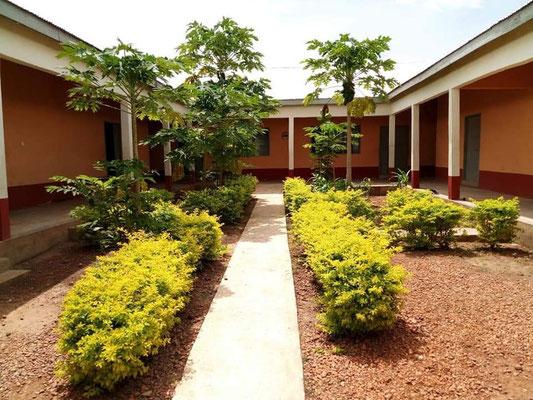 Das neue Mädchenwohnheim der Junior High School im Innenhof bereits bepflanzt