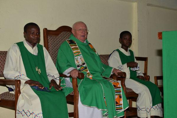 Pfarrer Renner auf dem Priestersitz flankiert von den Minsitranten