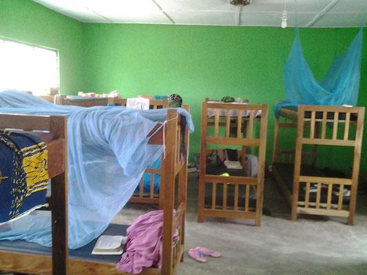 Innenansicht der Schlafräume im Mädchenwohnheim der Junior High School