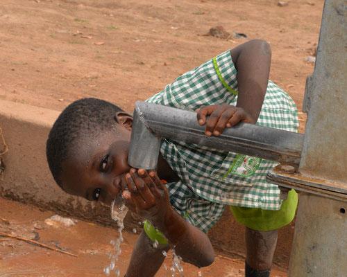 Durstlöschen am sauberen Brunnenwasser