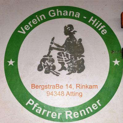 Eine Tafel an der Schule zeigt die Aktivität des Vereins