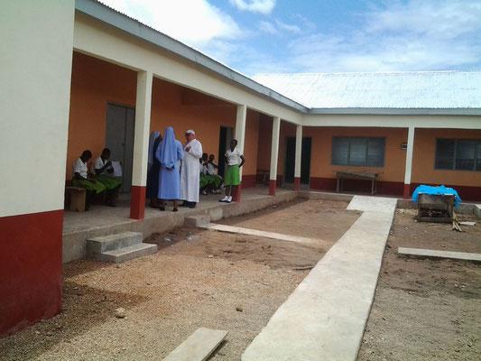 Das neue Mädchenwohnheim der Junior High School im Innenhof