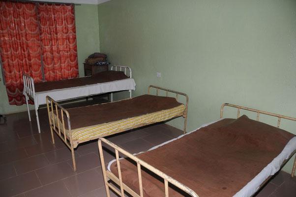 Ein Blick in die Station vom Entbindungsheim mit den Betten