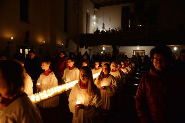 Feierlicher Einzug in die Pfarrkirche Hunderdorf mit einer großen Schar von Ministranten und Ministrantinnen