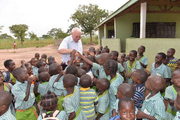 Pfarrer Josef Renner ist immer herzliche willkommen bei den Schulkindern