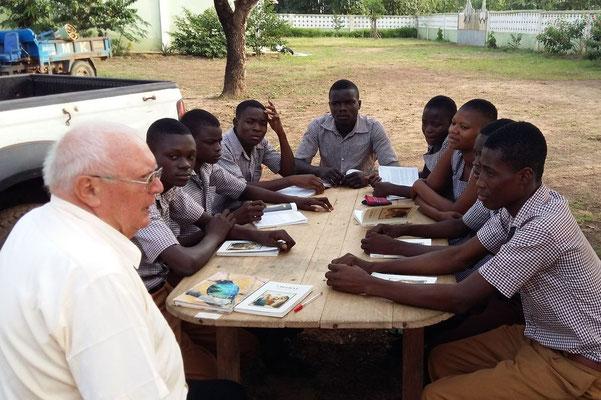 Pfarrer Josef Renner beim Bibelunterricht