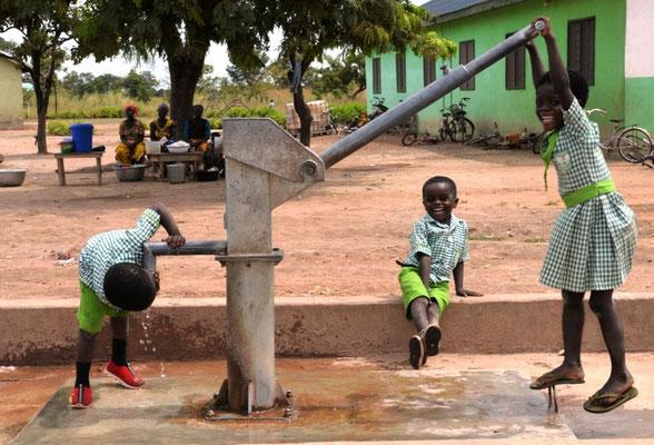 Der Wasserbrunnen bei der Primary-School und beim Kindergarten