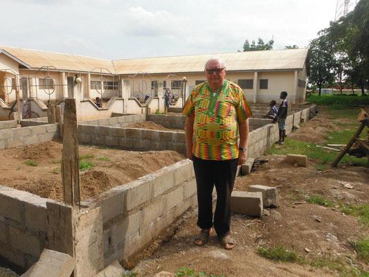 Pfarrer Renner besichtigt den Erweiterungsbau - das Grundfest steht bereits