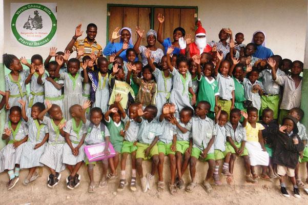Kindergartenkinder und Schulkinder der Primary School wünschen Frohe Weihnachten