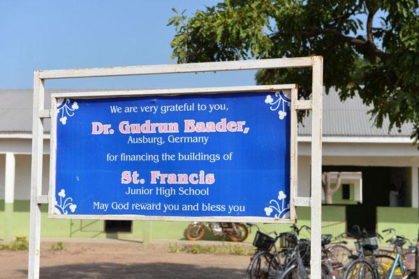 Tafel für die große Gönnerin unseres Vereins zugunsten der Sankt Francis Junior High School