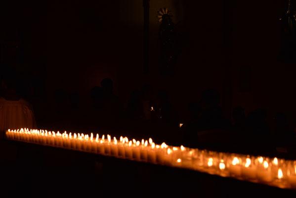 Die Kirche wurde ausschließlich durch Kerzenlicht erhellt