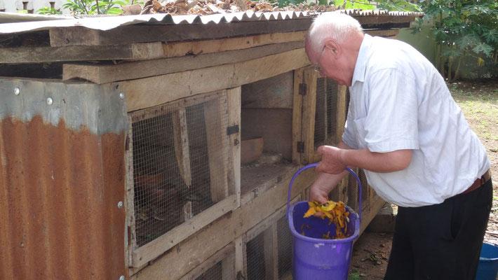 Die Missionsstation von Pfarrer Renner - Pfarrer Renner beim Hasen füttern