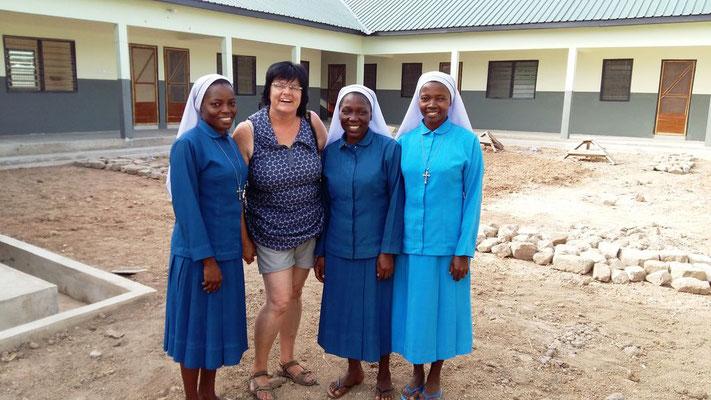 Kloster vom Guten Hirten - die Schwestern mit Besucherin Irmgard