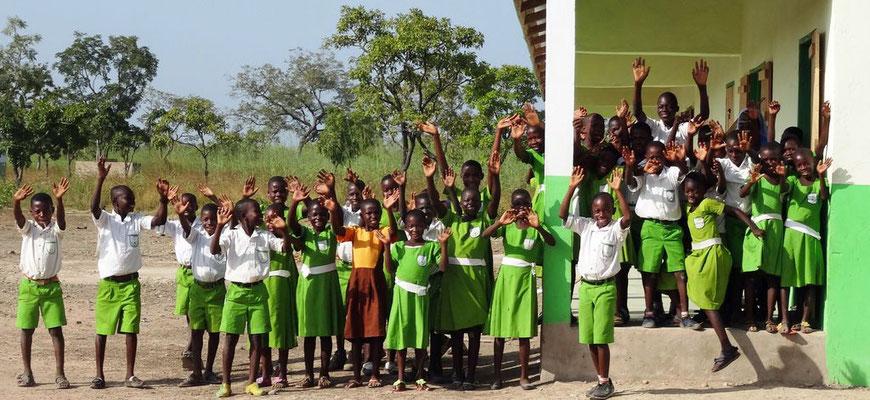 Fröhliches Winken der Schulkinder an der Primary School