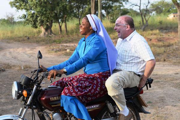 Kloster vom Guten Hirten - Sr. Baselia ist fleißig mit dem Moped unterwegs
