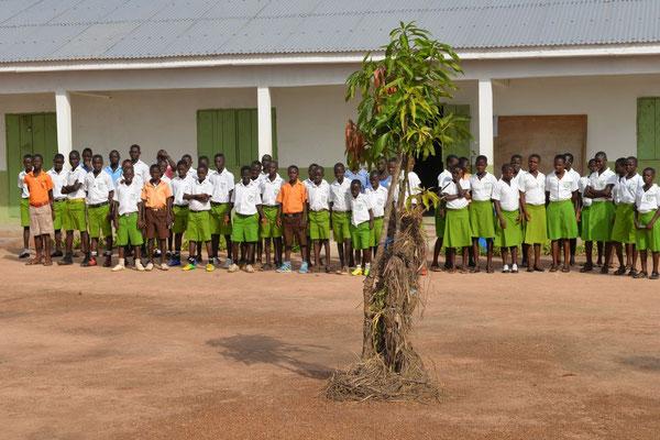 Schüler und Schülerinnen vor dem Schulgebäude