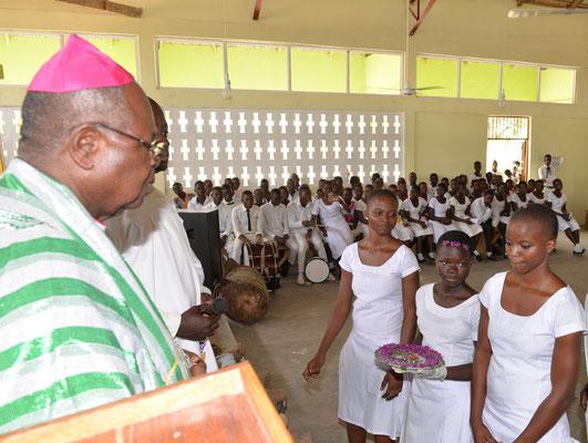 Einweihung vom Father Felix Youth Center mit Bischof Vincent bei der Segnung der Schlüsseln