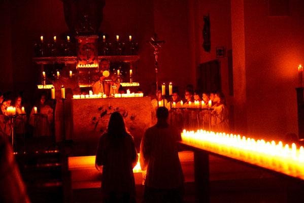 Feierliche Eucharistiefeier - nur im Schein der vielen vielen Kerzen