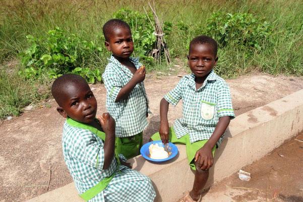 Kindergartenkinder beim Essen