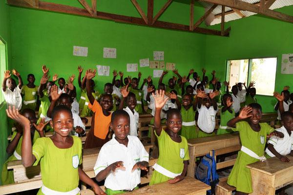 Fleißige Schulkinder an der Primary School