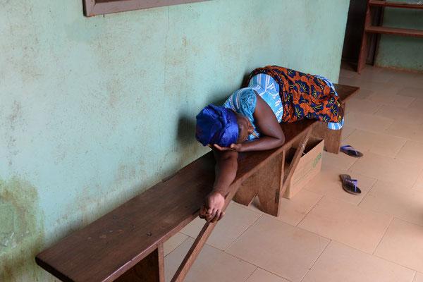 Die Innenausstattung der Sankt Joseph`s Clinik in Chamba - überfüllte Krankenzimmer