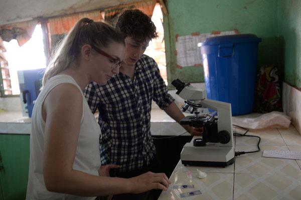 Die Innenausstattung der Sankt Joseph`s Clinik in Chamba - Vereinsmitglieder testen das Mikroskop