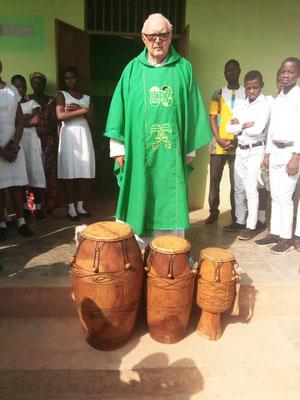 Pfarrer Jsoef Renner mit den neuen Trommeln