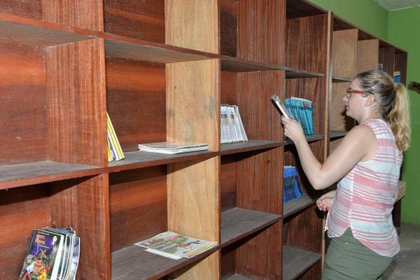 Besucherin Regina stöbert in der Bibliothek