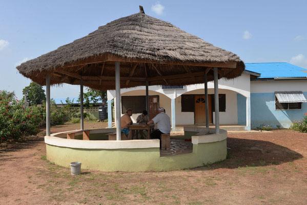 Die Missionsstation von Pfarrer Renner - der Palaver vor dem Haus