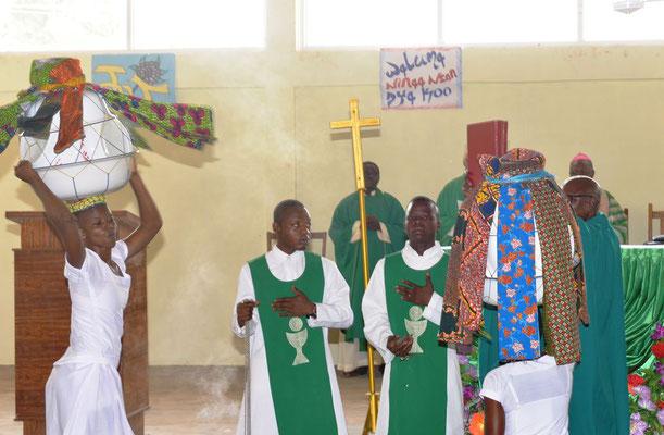 Tanz zum Einzug des Evangeliums