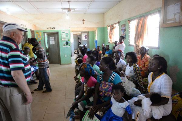 Die Innenausstattung der Sankt Joseph`s Clinik in Chamba - Wartezimmer