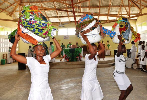 Einweihung vom Father Felix Youth Center mit Bischof Vincent mit viel Tanz und Trommeln