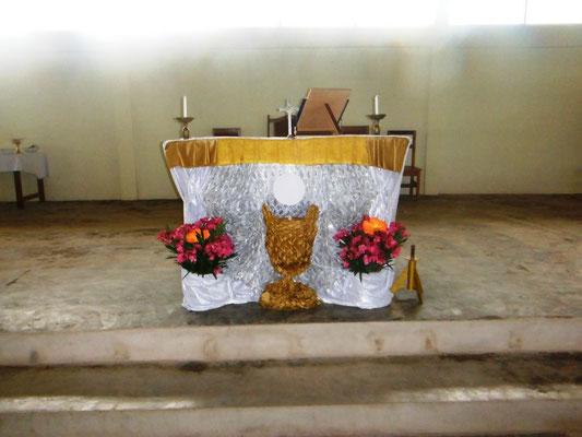 Der Altar ist geschmückt für Fronleichnam