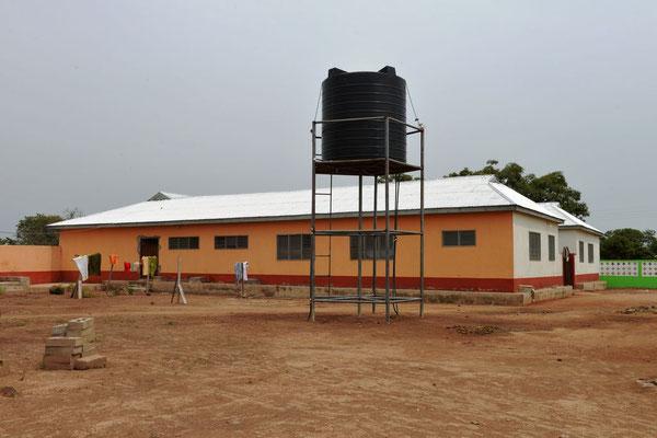 Das neue Mädchenwohnheim der Junior High School mit Wassertank