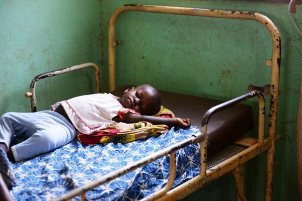 Die Innenausstattung der Sankt Joseph`s Clinik in Chamba mit krankem Kind im Bett