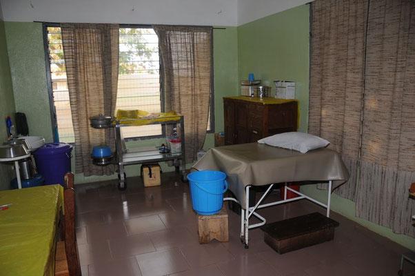 Ein Blick in den Kreissaal mit dem Entbindungsbett