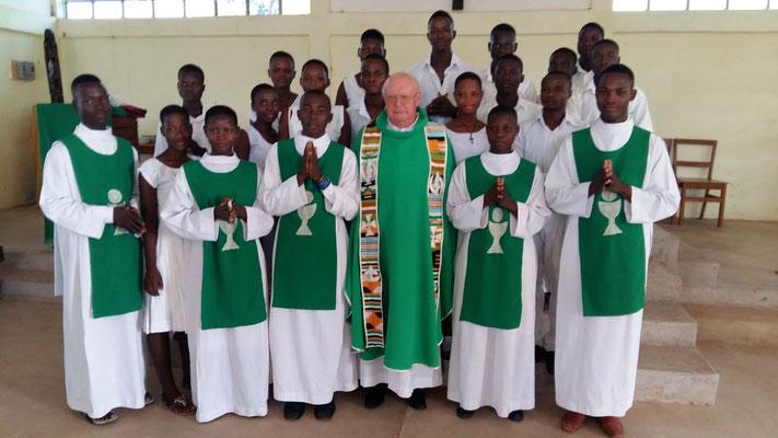 Pfarrer Josef Renner mit den Ministranten und Lektoren