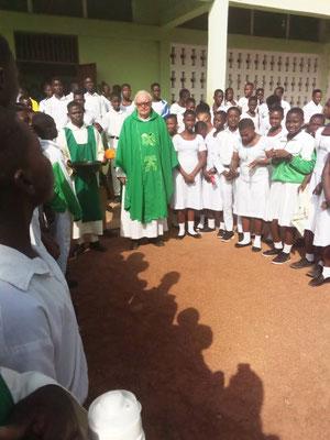 Pfarrer Josef Renner mit den Schüler und Schülerinnen
