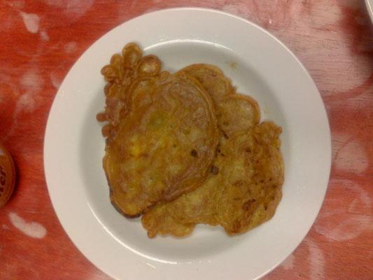 Was wir zum ersten Mal in Peru selbst gemacht haben waren Quinoapfannekuchen. Einige gab es deftig mit Tomate und die letzten mit Banane.
