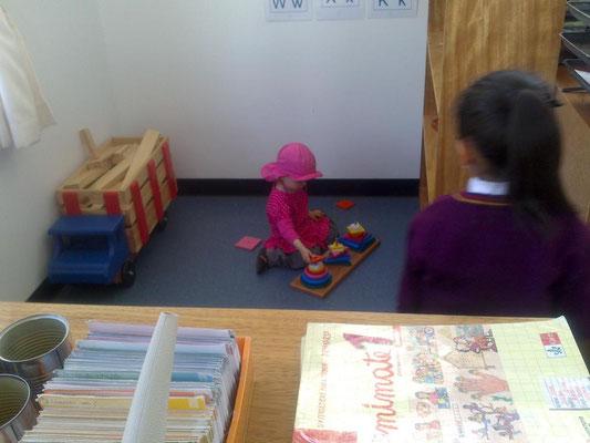 Johanna in der Spieleecke der ersten Klasse.