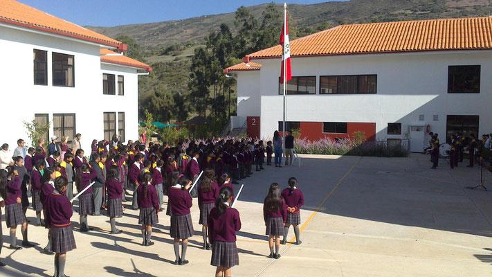 Jeden Freitagmorgen stellen sich die Klassen zum Marschieren auf. Der Größe nach, in zwei Reihen: einmal Jungs und einmal Mädels, jeweils die Kleinsten vorne und die Größten hinten. Dann wird marschiert (Bild), eine Band musiziert, es wird die Nationalhym