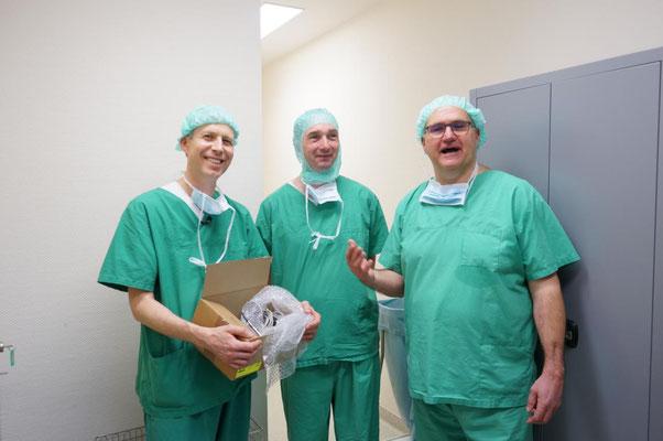 Werner mit den neuen gespendeten OP-Instrumenten neben Herrn Matuschek von der Firma Ruck und dem Initiator Dr. Schwarz.