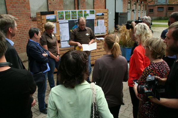 Jochen Hartmann informiert zur Geschichte des Hofes.