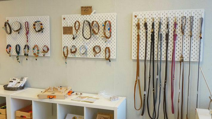 Handgefertigte Halsbänder und Leinen. In allen Größen maßangefertigt bestellbar, mit Prägung (z.B. Name oder Telefonnnummer) und unterschiedlichen Anhängern erhältlich. Wunderschön und langlebig!